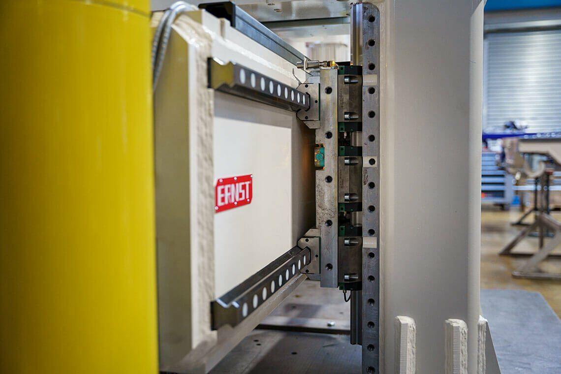 Seitendrückanlage - Kompaktes Linearführungssystem für kurze Kraftumleitungswege